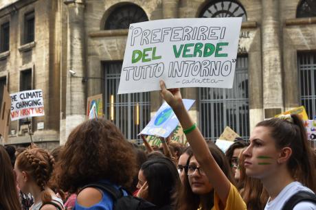 ragazza con cartello verde