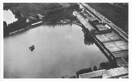 Lago e campi tennis